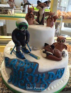 Torta per compleanno con sciatore ed animali della montagna