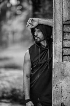 Discover recipes, home ideas, style inspiration and other ideas to try. Photos Portrait Homme, Photo Portrait, Male Portraits, Senior Portraits, Best Poses For Men, Best Photo Poses, Photo Tips, Portrait Photography Men, Portrait Photography Poses