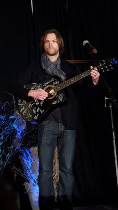 Jenn ♡ #DCcon @_VioletLight_   .@jarpad with a fan's guitar #DCcon
