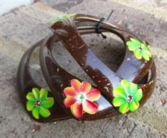 Green Art Market, where you can find extraordinary eco-friendly works of art, handmade by Dominican artisans Jewelry Crafts, Jewelry Bracelets, Coconut Shell Crafts, Coconut Leaves, Handcrafted Jewelry, Handmade, Green Art, Bangle Set, Shell Pendant