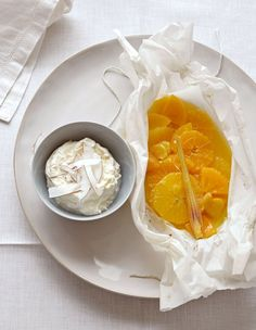 Ingwer und Zitronengras garen mit im Duftpaket voller Orangen, Clementinen und Kaki, Kokos-Dip unterstreicht die Aromenfülle.