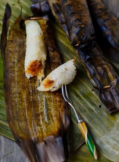 Glutinous rice filled with savoury coconut, wrap in banana leaf, grilled to perfection Asian Snacks, Asian Desserts, Asian Recipes, Chinese Desserts, Chinese Food, Malaysian Cuisine, Malaysian Food, Malaysian Recipes, Finger Snacks