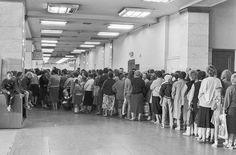 См. также: Верхние торговые ряды - ГУМ Московская мода Советский Союз в архиве американского агентства Почему советское мороженое считалось лучшим в мире фотки советского времени ОТ АРТЕМИЯ ЛЕБЕДЕВА Парфюмерия советской эпохи