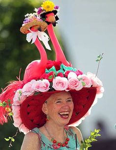 This fan might be a bit confused. Flamingos are most associated with Hialeah Park in Florida, not with Churchill Downs. Kentucky Derby Is this a spoof? Horses are the show but hats are the sideshow at the Kentucky Derby. Crazy Hat Day, Crazy Hats, Funny Hats, Silly Hats, Run For The Roses, Derby Party, Kentucy Derby, Hat Party, Pamela