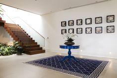 Atenção ao corredor! Tapetes, plantas e quadrinhos.   https://www.homify.com.br/livros_de_ideias/34191/easy-8-maneiras-de-decorar-sem-gastar