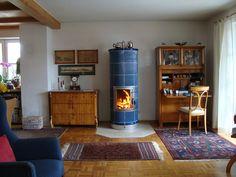 Stilofen mit blauen, gebrannten Kacheln. #Ofen #Kamin #Fireplace www.ofenkunst.de Fireplace Heater, Stove Oven, Rocket Stoves, Living Environment, Swedish Design, Home Reno, Cottage Style, Building A House, House Design