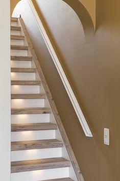Geef je trap een stoere robuuste uitstraling met het decor Mississippi Pine. Door de stootborden wit te maken houd je het geheel rustig en springen de traptreden er echt uit!