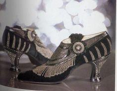 Flapper shoes, 1925 <<< Even their shoes have a beaded fringe, it's awesome! 20s Fashion, Moda Fashion, Fashion History, Art Deco Fashion, Fashion Shoes, Vintage Fashion, Fashion Women, Style Année 20, Looks Style