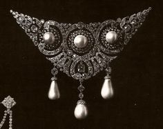 Princess Olga Valerianovna Paley's, widow of Grand Duck Pavel Alexandrovich of Russia, belle epoque corsage stomacher, which she wore on a occasion as a hat ornament, by Cartier. Royal Jewelry, Pearl Jewelry, Jewelery, Edwardian Jewelry, Antique Jewelry, Vintage Jewelry, Corsage, Jewelry Accessories, Jewelry Design