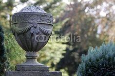 Steinurne auf einem Grab