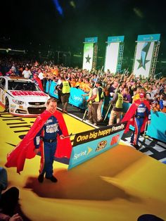 Loving the capes that @dale Earnhardt Jr.'s No. 88 crew are sporting tonight! #Superman -KC pic.twitter.com/DS0EG5bZbC