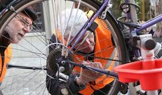 In der Rathausgasse fand am Samstag die Aktion «Licht ins Dunkel» von Pro Velo statt. Velolichter wurden kostenlos repariert – während die Fahrrad-Besitzer in der Altstadt einkaufen konnten. Bicycle, Light In The Dark, Old Town, Action, Shopping, Bike, Bicycle Kick, Bicycles