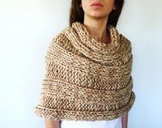 Poncho beige. Ponchos de lana para mujer. Chales tejidos a mano. Ponchos tejidos a dos agujas. Ideas para regalar para ella