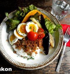 【簡単!!カフェごはん】ひき肉と半熟卵と夏野菜のっけごはん