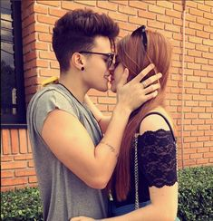 Alex Mapeli e Flavia charallo se beijando www.tudoinformation.com.br/2016/04/alex-mapeli-e-flavia-charallo-assumiram_23.html