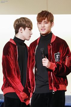Ah my heart dkdoofj Meanie ❤️ But Wonwoo are you sniffing him? Mingyu Wonwoo, Seungkwan, Woozi, Carat Seventeen, Seoul Music Awards, Thing 1, Meanie, Pledis Entertainment, Boy Groups