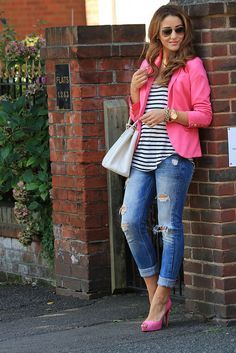 blazer rosa com calça jeans rasgada