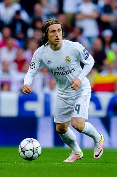 Luka Modric Photos - Luka Modric of Real Madrid CF runs with the ball during the UEFA Champions League Semi Final second leg match between Real Madrid and Manchester City FC at Estadio Santiago Bernabeu on May 4, 2016 in Madrid, Spain. - Real Madrid v Manchester City FC - UEFA Champions League Semi Final: Second Leg