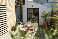 Une terrasse en bois moderne avec plantes.