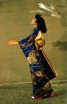 Yamaguchi Sayoko 山口 小夜子 photographed by Guy Bourdin - France - Guy Bourdin, Yamaguchi, Edward Weston, Kimono Fashion, Fashion Art, French Fashion, Vintage Fashion, Cute Kimonos, Kimono Design