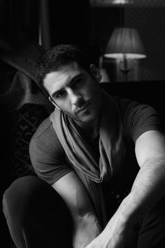 Miguel Ángel Silvestre. Love the lighting. Moody. Mysterious.