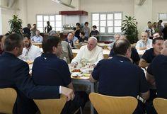 Spontan-Besuch: Papst Franziskus hat im Vatikan wieder mit einer seiner spontanen Aktion Aufsehen erregt. Der Heilige Vater besuchte am 25. Juli unerwartet die Mensa für die Vatikan-Mitarbeiter. Er reihte sich in die Schlange ein, nahm sich ein Tablett und Besteck und bestellte Nudeln und Dorsch. (Bild: Reuters)