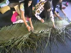Te maki Tammata (weaving flax mats) - YouTube Flax Weaving, International Craft, Table Arrangements, Weaving Techniques, Wire Art, Making Ideas, Baskets, How To Make Money, Arts And Crafts