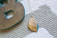 Pendente in olivo, tagliato e decorato a mano, girocollo argento 925 di Wood&cut su Etsy
