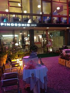 Hotel Pinocchio, a few minutes away from our seaside resort promenade, in the town centre with its bars, sho ps and restaurants, along a tree-lined avenue.