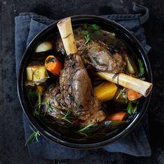 Kun mielesi tekee vietävän hyvää lihaa, kokeile kapellimestari Santtu-Matias Rouvalin luottoreseptiä. Lampaanpotkan valmistus on helppoa, vaikka haudutukse