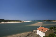 O turismo no centro-sul de #Portugal é normalmente associado à produção vinícola ou à histórica cidade de Évora. Mas, muito além dos campos do interior, há por ali um litoral recortado por falésias e mar em tons de azul-claro. Foto Guilherme Tosetto/Folhapress.