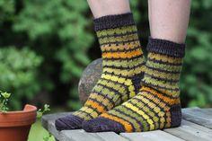 Knitting Charts, Knitting Socks, Wool Socks, Knits, Crafts, Fashion, Knit Socks, Moda, Woolen Socks