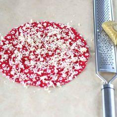 Urob si sám - voskované obrúsky ako obal na potraviny - Recepty Kulinárium Samos, Sprinkles, Candy, Food, Sweet, Toffee, Meal, Candy Notes, Essen