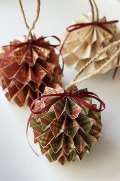 DIY Paper Christmas Ornaments DIY Papier Christbaumschmuck mit Step by Step Photo Tutorial und Anleitung Paper Christmas Ornaments, Noel Christmas, Rustic Christmas, Diy Ornaments, Paper Christmas Decorations, Christmas Crafts With Paper, Homemade Christmas Ornaments, Pinecone Ornaments, Owl Ornament