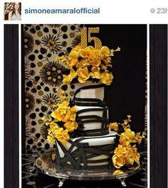 Dicas para noivas e debutantes para fazer um evento de luxo: Bolo de 15 anos repleto de flores em açucar by Sim...