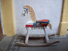 Caballito de madera de juguete pintado.San Telmo, Buenos Aires, facebook La Brocanterie.