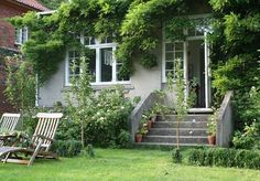 Tines have - havelyst.dk  Beautiful entrance with the green on the house and the trees in front