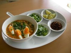Monhinga ist in Myanmar das traditionelle Gericht. Das ist eine Fischsuppe mit Zitronengras, Ingwer, Fischsauce Knoblauch, Kurkuma u...