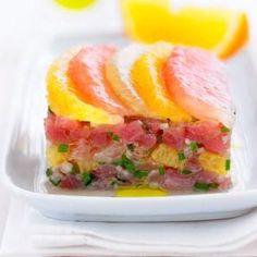 Coupez les tranches de thon en tout petits dés. Mettez-les dans un plat creux. Arrosez-les d'un filet d'huile d'olive.