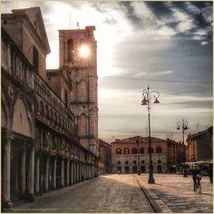 Pomeriggi di serenità. La #PicOfTheDay #turismoer di oggi passeggia per la #PiazzaTrentoTrieste di #Ferrara in un tiepido tramonto di inizio primavera. Complimenti e grazie a @vincenzodangelo9693 / Afternoons of peace. Today's #PicOfTheDay #turismoer strolls through the central square of #Ferrara in a lukewarm sunset of early spring. Congrats and thanks to @vincenzodangelo9693 by turismoer