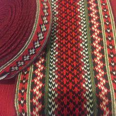 Tabletwoven belt for norvegian traditional costume Link to buy on bio. #weavingloom #bunadssølv #fiberart #norvegiancostume #fiberart #folkcostumes #norvegianbelt #bunad #hårvippe #handwovenbelt #cardweaving #tabletweaving #inkleloom