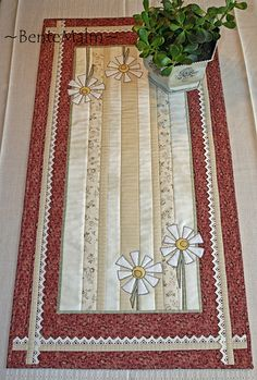 Nytt mønster, april by ~BenteMalm~ Quilt. Table Runner And Placemats, Table Runner Pattern, Quilted Table Runners, Quilting Projects, Quilting Designs, Embroidery Designs, Quilt Design, Small Quilts, Mini Quilts