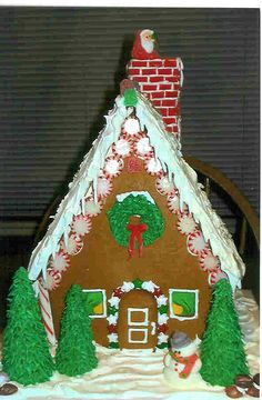 like the peppermint effect Gingerbread House Pictures, Gingerbread House Parties, Gingerbread Decorations, Christmas Gingerbread House, Gingerbread Houses, Christmas Goodies, Christmas Treats, Christmas Decor, Christmas Cards