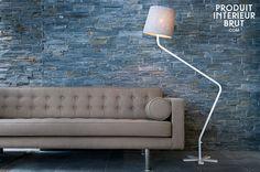 Funktionale Stehlampe im grazilen skandinavischen Design, die in jedem Wohnzimmer eine gute Figur macht.