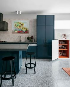 40 Best Kitchen Paint Colors - Ideas for Popular Kitchen Colors Popular Kitchen Colors, Best Kitchen Colors, Kitchen Paint Colors, White Kitchen Cabinets, Painting Kitchen Cabinets, Kitchen Island, Gray Cabinets, Beautiful Kitchens, Cool Kitchens
