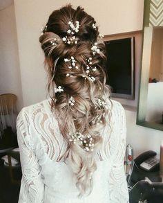21 flower-kissed bridal hairstyles that don& have crowns .- 21 Blumengeküsste Brautfrisuren, die keine Kronen… – – Nora K. 21 Flower-kissed bridal hairstyles that have no crowns … – # Flower-kissed … – # Flower-kissed - Country Wedding Hairstyles, Wedding Hairstyles For Long Hair, Down Hairstyles, Indian Hairstyles, Wedding Hairstyles With Crown, Formal Hairstyles, Elegant Wedding Hairstyles, Classic Updo Hairstyles, Bride Hairstyles With Veil