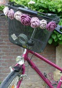 Häkelrosen am Fahrradkorb
