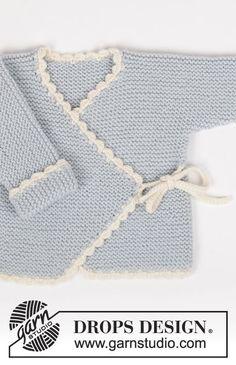 Settiin kuuluu: Ainaoikeinneulottu DROPS kietaisujakku virkatuilla reunuksilla, ainaoikeinneulotut housut ja virkattu nalle Merino Extra Fine -langasta.