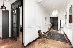 Rénovation d'un appartement Haussmannien dans le centre de Paris. Collaboration avec l'architecte d'intérieur Isabelle Masson.  Cette appartement de 250 m2 situé dans le centre de Paris est typique de l'architecture Haussmannienne, le parquet en point de Hongrie, les murs blancs, les 3m20 de hauteur sous plafonds et ses superbes moulures.   L'idée principale à donc été de peindre les menuiseries sur mesure, les portes, les contours des fenêtres et les trumeaux en noir afin de moderniser et…