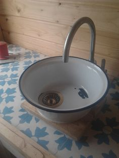 IKEA Hackers: Self-made kitchen - love the cute little DIY sink! #bathroomsinks Outdoor Sinks, Outdoor Bathrooms, Rv Bathroom, Rustic Bathrooms, Bucket Sink, Bowl Sink, Ikea Hackers, Baden, White Sink